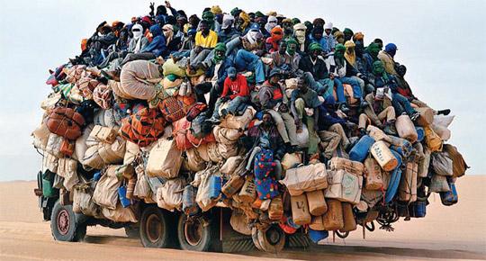 아프리카 니제르에서 트럭에 탄 사람들.