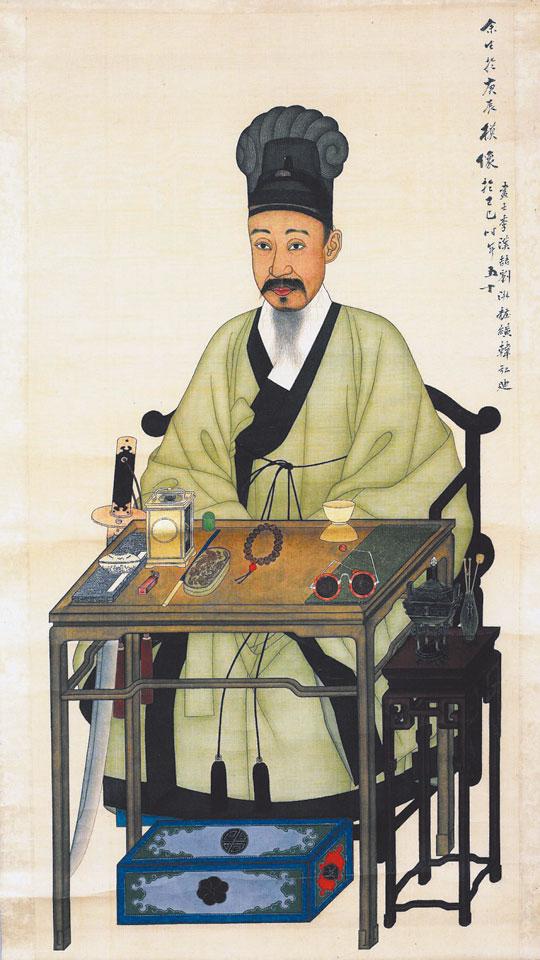 이한철(1812~1880 이후)과 유숙(1827~1873)이 합작한'흥선대원군 초상'. 책상 오른쪽에는 색을 넣은 안경이 있고, 왼쪽에는 내부가 약간 보이는 자명종이 있다. 자명종 위쪽에 손잡이가 있고, 내부를 자세히 보면 톱니바퀴가 보인다. /서울역사박물관 제공