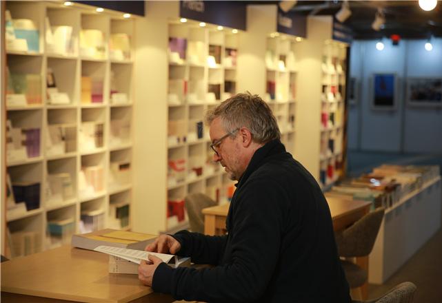 한국문학 작품을 읽고 있는 외신기자